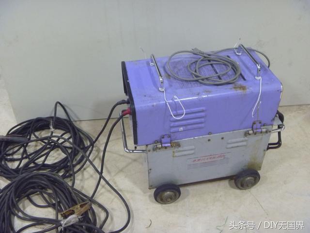 用电瓶的电焊机见过的人不多,自己动手换电瓶