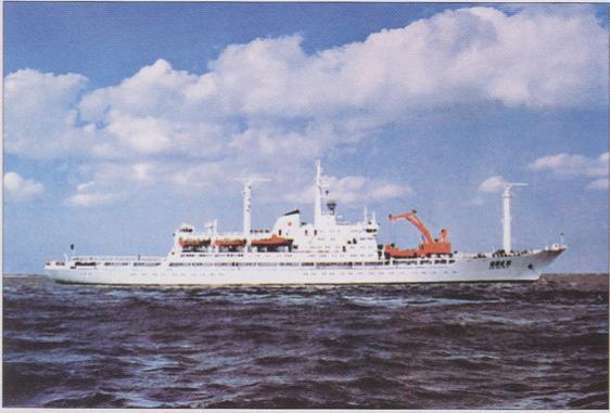 大家迅速往海里施放救生艇,由于右舷已严重变形破损,悬挂在这里的第2