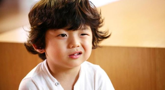 曾是韩国男孩长相服的绿衣表情包权律二的他,如今15岁的表情帅气图片