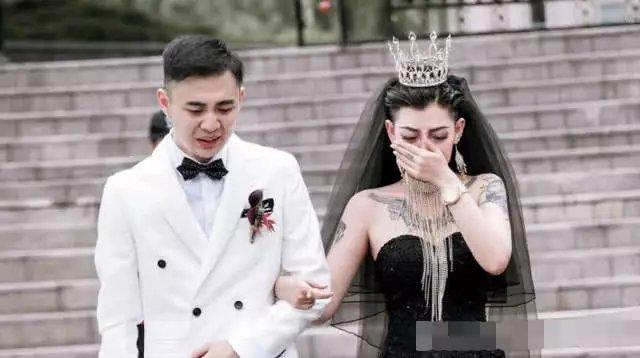 花臂新娘的黑色婚纱火了?其实戚薇早就穿过了!一般人