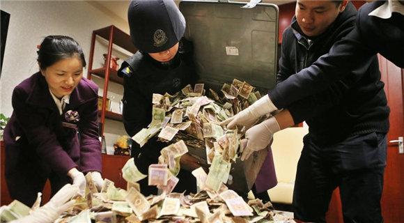 募捐箱两年攒40多公斤零钱 银行出动34人清点