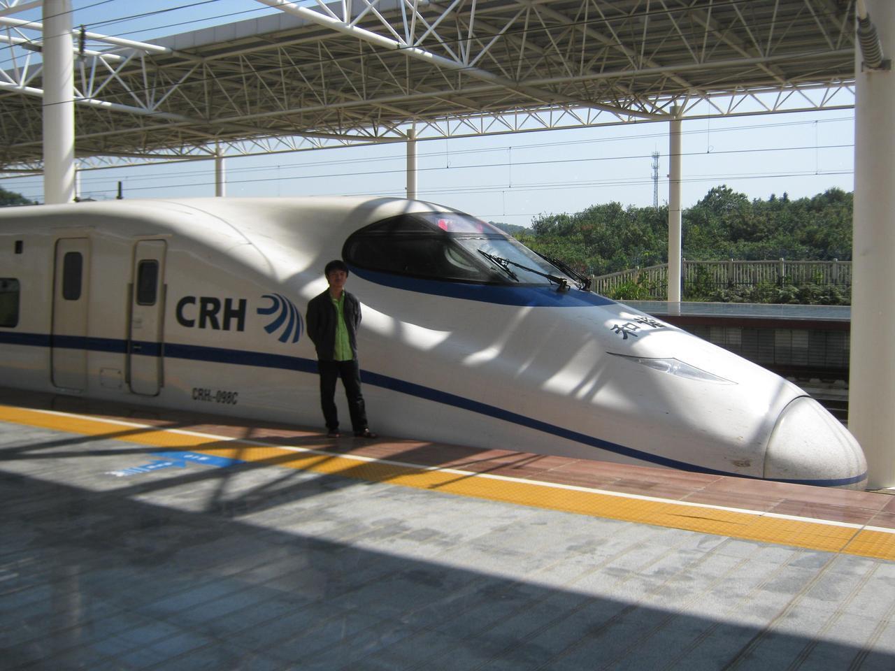 白皮车,是一种对中国铁路客车的俗称。外表涂装整体为白色,车窗部位为蓝色加红条裙边,故名。中国铁路客车使用这种标准涂装的典型的有25T型客车,最具代表性。主要用于中国铁路第五次大提速时开始开行的特快列车,当时是较高级的旅客列车车厢,常用于直达特快列车、以及部分特快列车的旅客列车编组。少量的RW19T客车也是这种主色调为白色的涂装。 白皮车这种俗称使用并不广泛。中国铁路2007年开始开行的CRH动车组列车采用通体白色的涂装更符合白皮车的形象。  25T型客车是25K型客车的后继型号。2002年开始