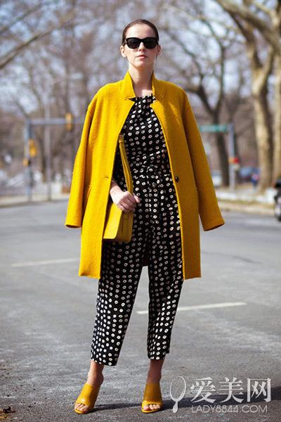 搭配要点:黑色印花连体裤+黄色长大衣+黄色露趾高跟
