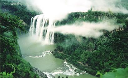 黄果树风景名胜区以黄果树大瀑布景区为中心,分布有石头寨景区