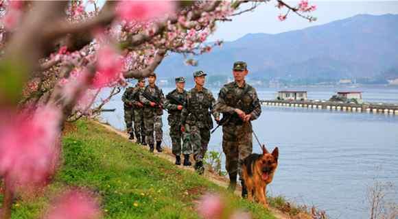 鸭绿江畔边防官兵增强边控:巡逻艇警犬齐上阵