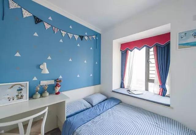 主卧比较素雅一些,淡蓝色的墙面搭配白色为主的衣柜,飘窗和床品