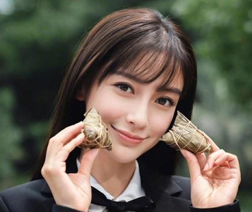 照片中的杨颖打扮非常清纯漂亮,好像在校的大学生一般,白色衬衫外搭